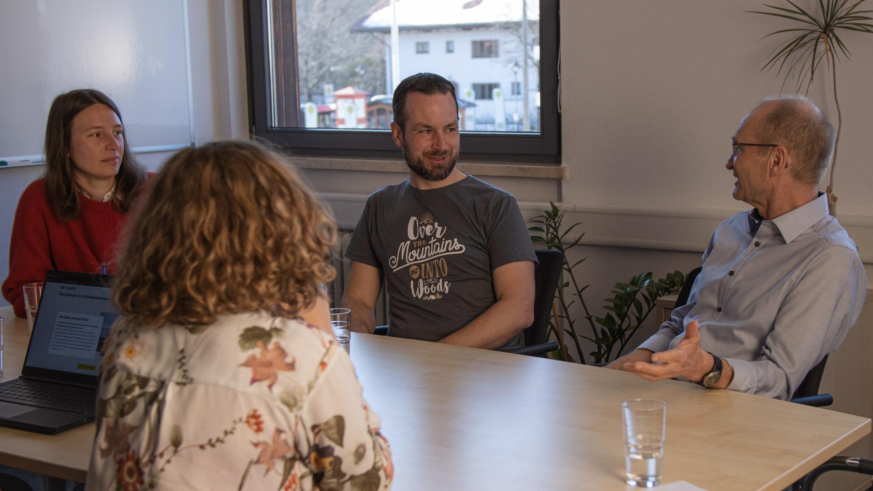 Quattro-Soft-Teammitglieder bei einer QS-CostCo-Besprechung.